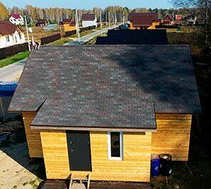 Бригада профессиональных кровельщиков строит крыши с мягкой черепицей по низкой цене работ за 1 м2