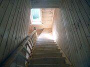 Деревянная лестница с перилами и стены, обшитые вагонкой на даче в Пензе